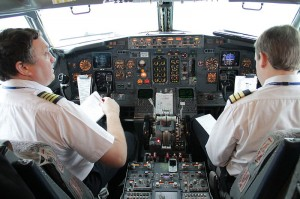 800px-Aerosvit_Boeing-737-400_UR-VVP_pilot_cabin